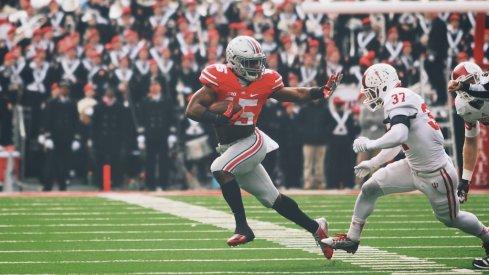 Ezekiel Elliott carries the ball.