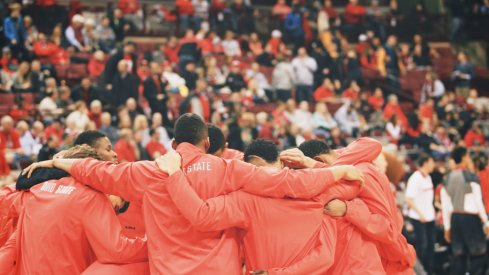 Ohio State huddles before playing Maryland.