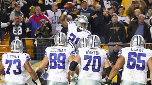 Ezekiel Elliott celebrates with his offensive line against Pittsburgh.