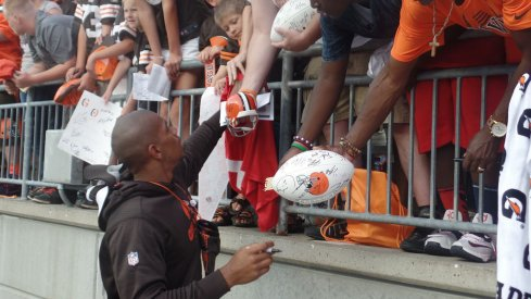 Former Cleveland Browns and Ohio State player Terrelle Pryor signs autographs at Ohio State