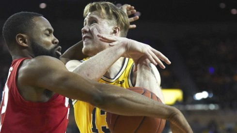 Ohio State and Michigan basketball players get tangled up