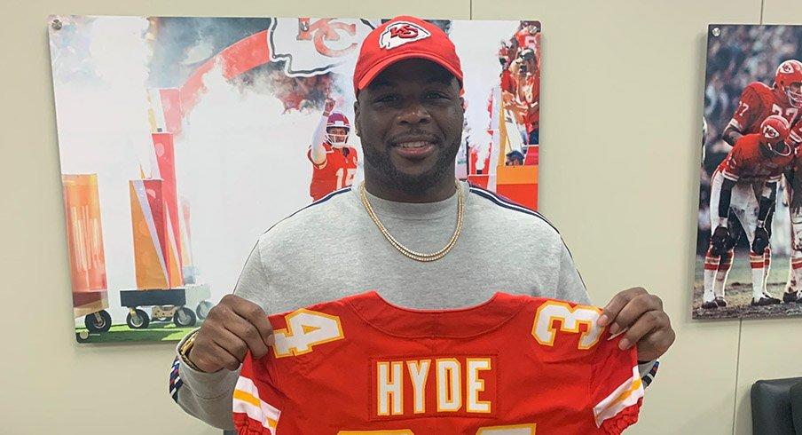 Carlos Hyde signs with the Kansas City Chiefs.