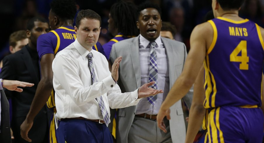Will Wade meeting with his players during a timeout.